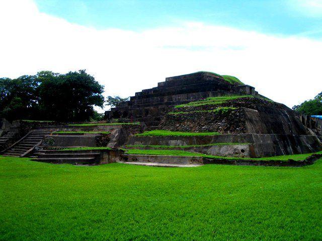 Tazumal.Tazumal ist eine Ruinenstätte der Maya im Westen des heutigen mittelamerikanischen Staates El Salvador Tour.