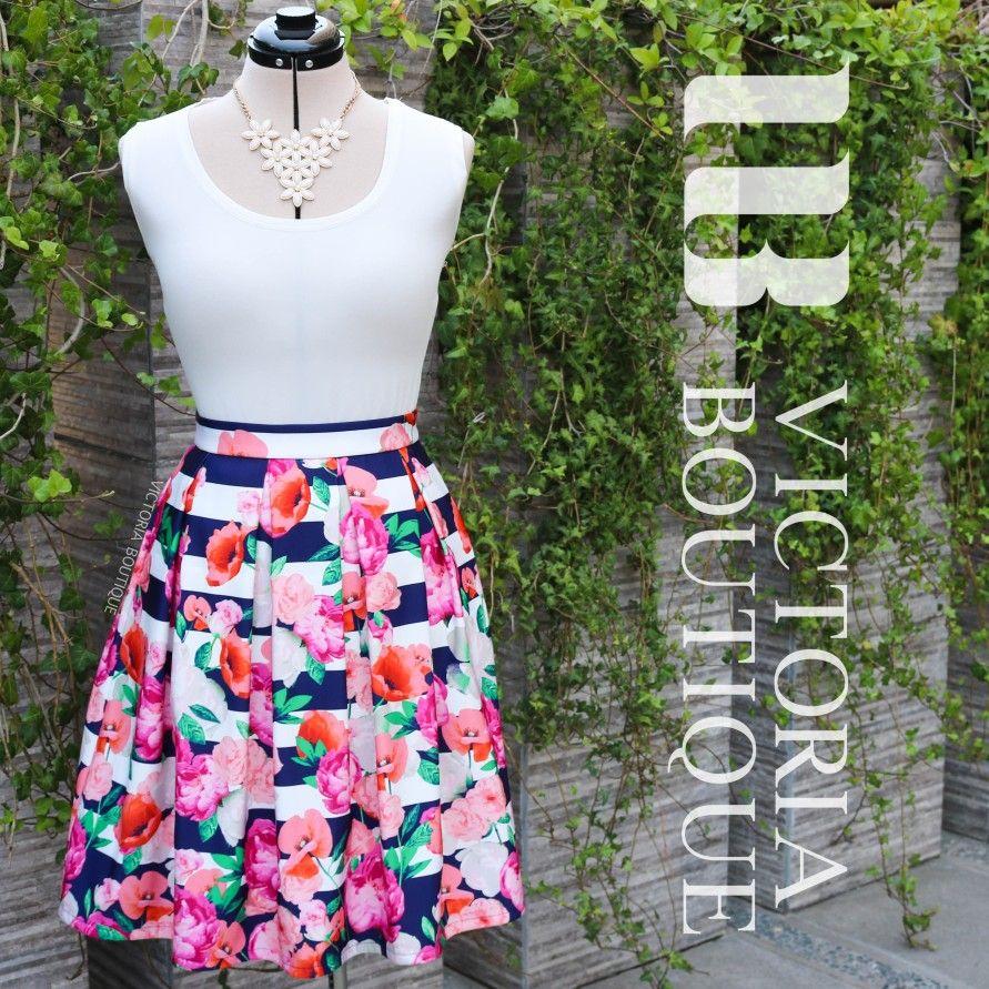 fcbe9e1ad0 Falda plisada en hermoso estampado de fondo listado azul y blanco con flores  en tonos rosa y fucsia.  VictoriaBoutiqueChile  azul  blanco  listado   rayas ...