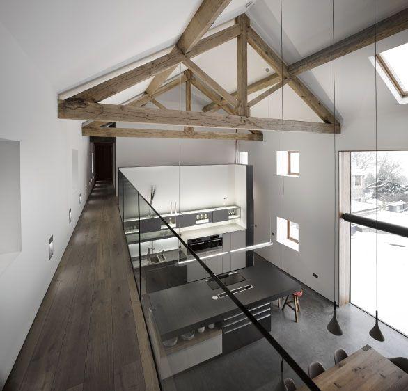 eine offene k che die bis unter die decke f hrt frei liegende dachbalken die einen. Black Bedroom Furniture Sets. Home Design Ideas