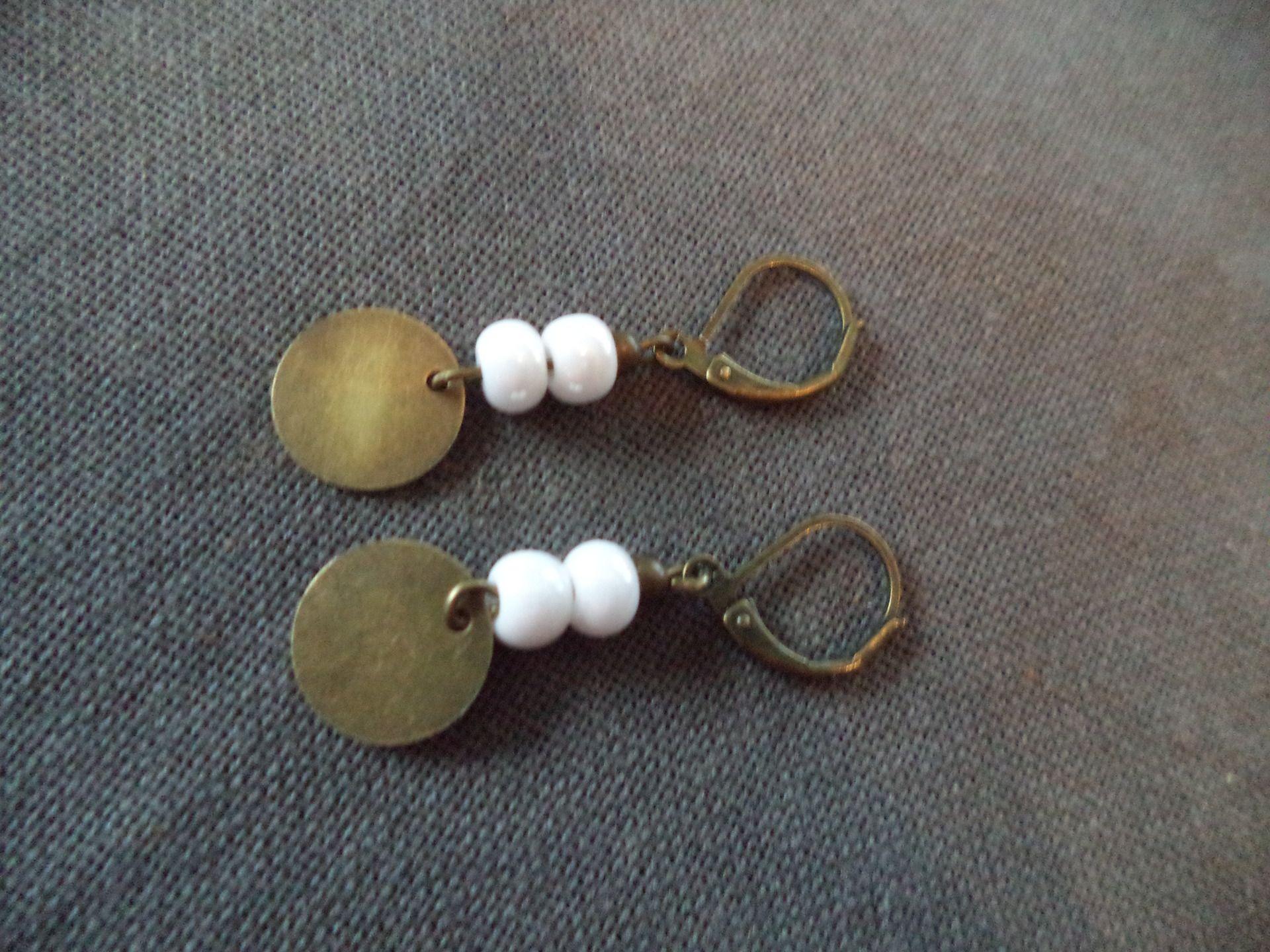 Boucles D Oreilles Dormeuses Bronze Avec Perles Blanches Et Sequin