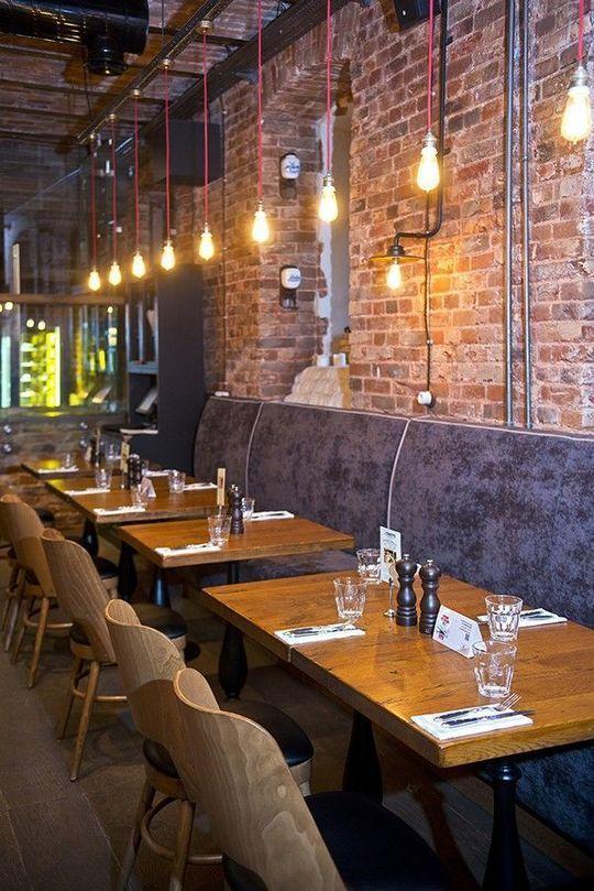 restaurant mit lampen auf den tischen