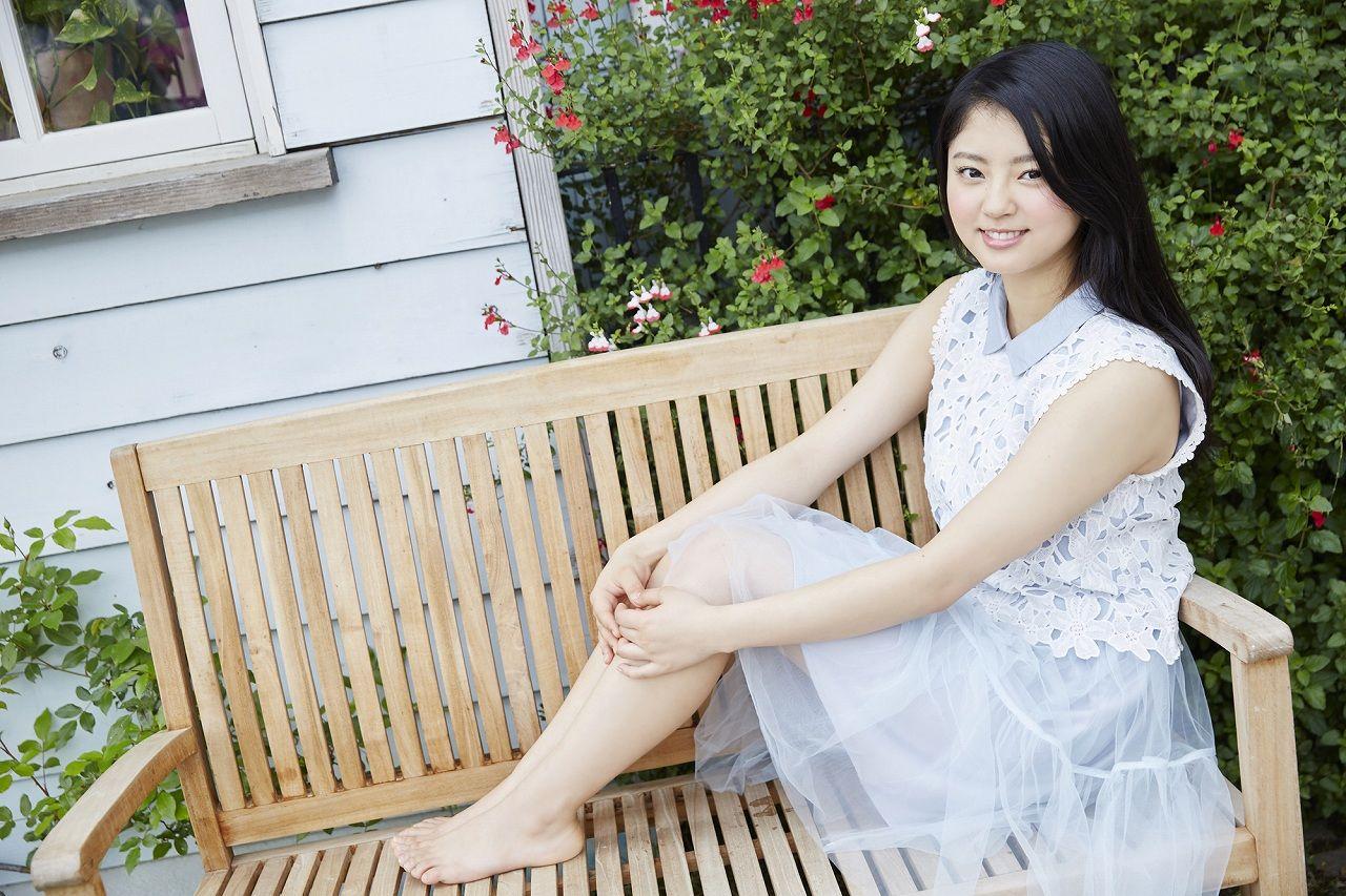 お庭で可愛い姿を見せる鈴本美愉のセクシー画像♪