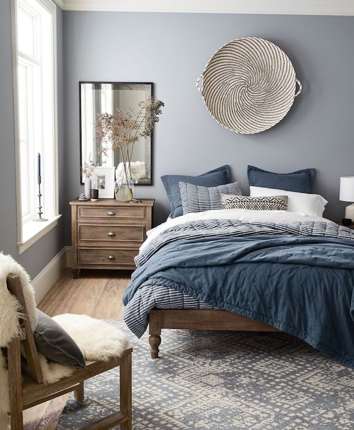 Nordic Blue And Grey Bedroom With Wooden Bed And Furniture And Blue And White Bed Covers Co Camere Da Letto Glamour Arredamento Marrone Camera Da Letto Marrone