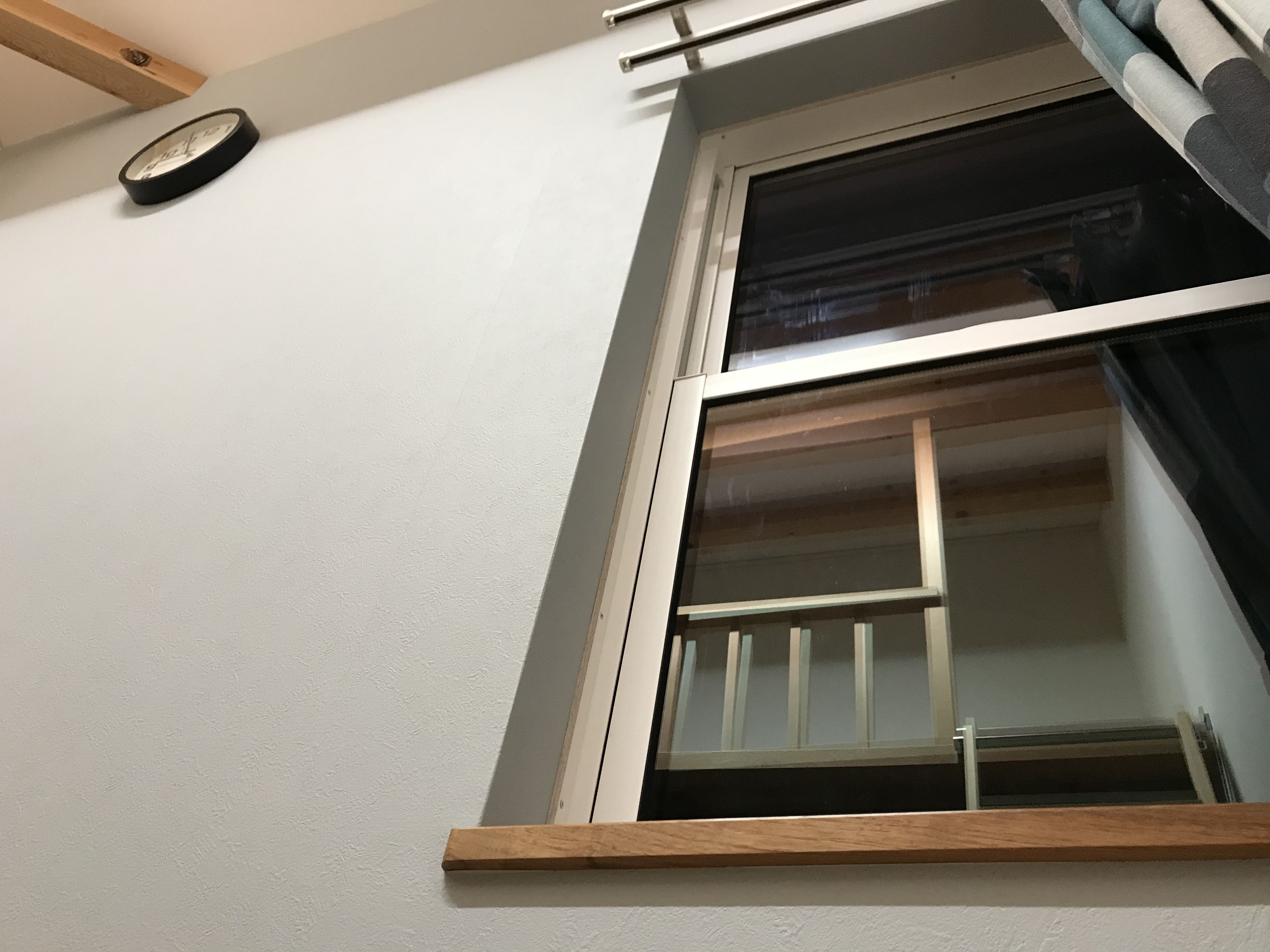 窓枠の仕上げをクロス巻き込み仕上げにするのか 四方枠にするのか クロス巻き込み仕上げはスッキリでとってもスタイリッシュ でも気になるデメリットもあります クロスを結露で傷ませない対策は 窓枠 家 サッシ