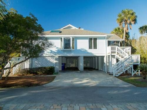55th Avenue 17 Holiday Home Isle of Palms (South Carolina) Located in Island of Palms, this air-conditioned holiday home features free WiFi and a patio. The unit is 19 km from Charleston.  There is a seating area and a kitchen as well as a private bathroom.