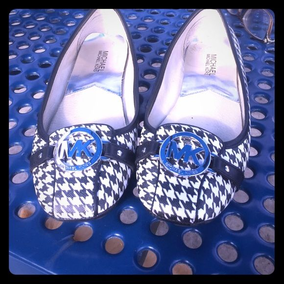 Micheal Kors Black/White Flats 8.5 gently worn Micheal Kors Black and White Designer Flats size 8.5 in great condition worn twice make me an offer MICHAEL Michael Kors Shoes Flats & Loafers