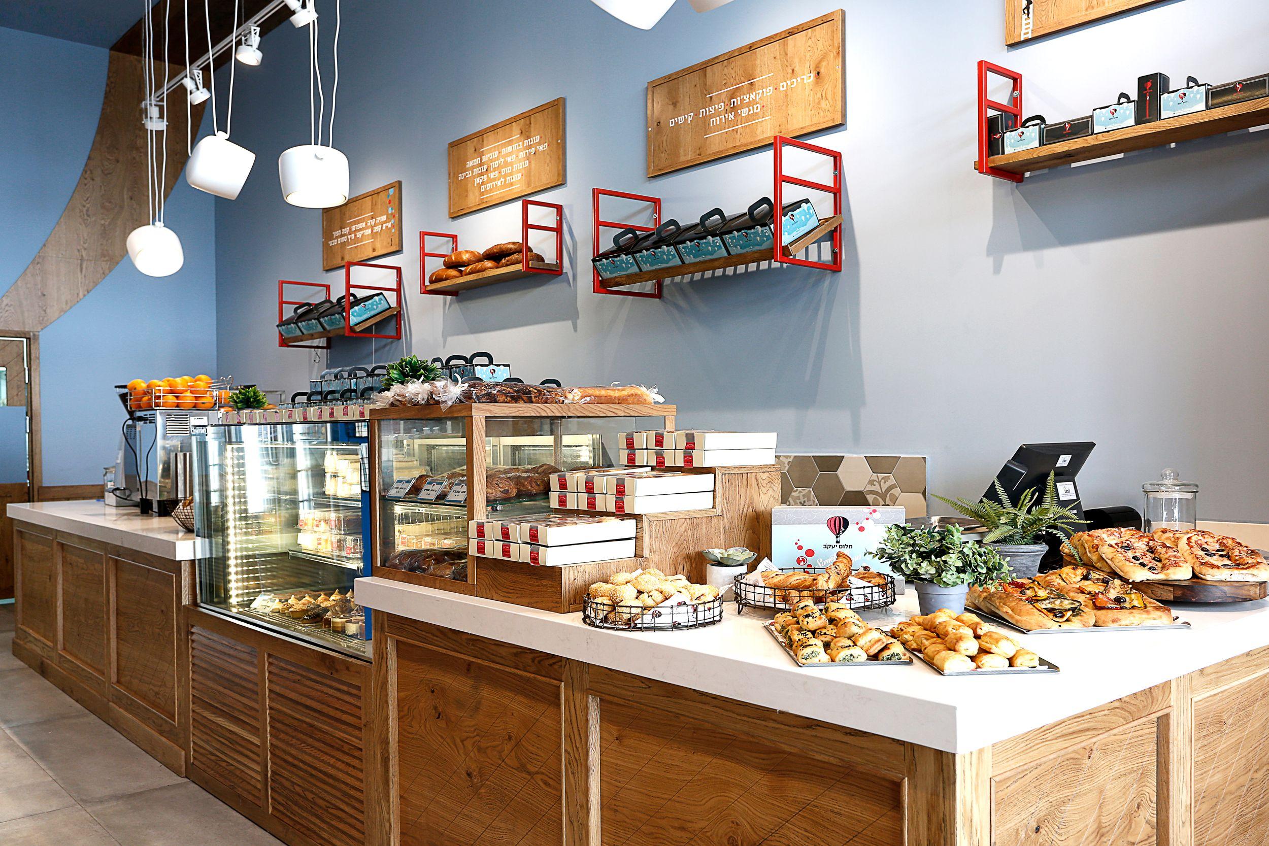 עיצוב מאפייה דנה שקד סטודיו לעיצוב פנים עיצוב בית קפה דלפק עץ סולם כדור פורח Dana Shaked Interior Coffee Shop Design Shop Design Shop Interior Design