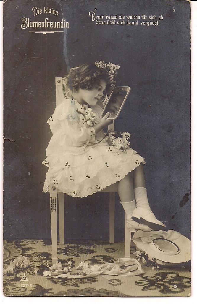 Дорогая цветочница на кресло восхищается себя в зеркало ...