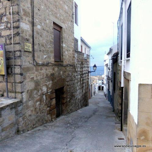 """#Jaén - #Sabiote - Barrio del Albaicín  Coordenadas GPS: 38º 4' 15"""" -3º 18' 11"""" / 38.070833, -3.303056  Foto de @trotamundis. Situado en la parte baja del pueblo, frente a las murallas del Norte, el barrio del Albaicín presenta un entramado típicamente medieval, con calles estrechas y tortuosas, con casas bajas y blancas, algunas con fachadas mudéjares, que le confieren un especial encanto."""