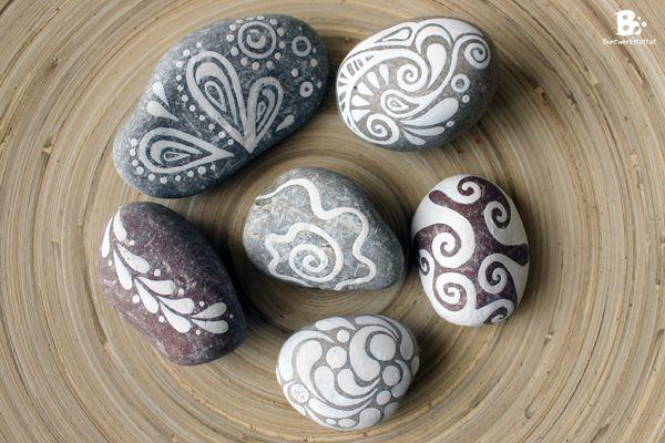 painted pebbles and stones / bemalte Steine  #Kieselsteine #Steine #malen #bemalen #Briefbeschwerer #painted #rocks #stones #pebbles #Handschmeichler #DIY #Geschenk #Geschenke #gifts #bemaltesteine
