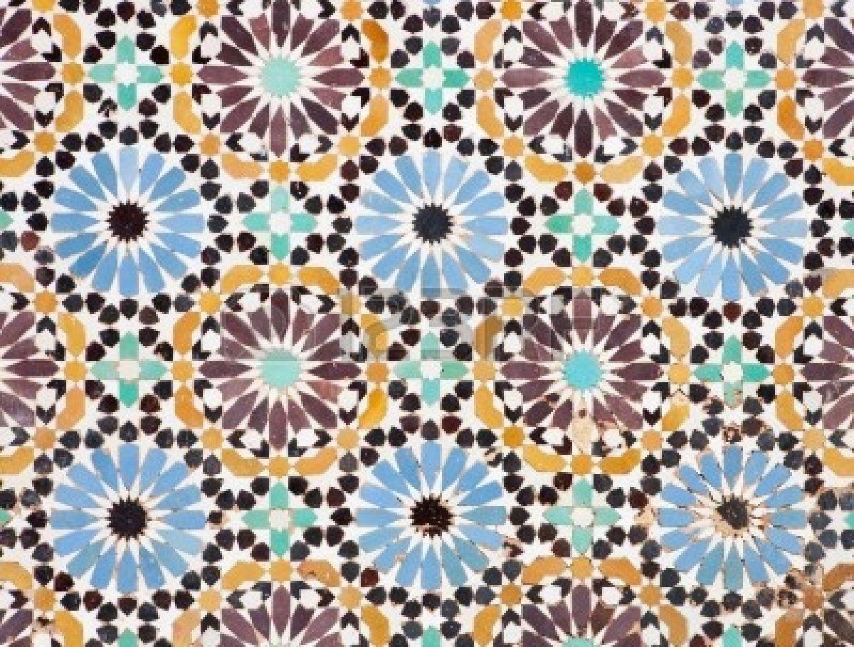 Schönes Detail von einer islamischen Mosaikboden, ein bisschen heruntergekommen, aber noch zeigen die Schönheit der islamische Kunst. Stockf...