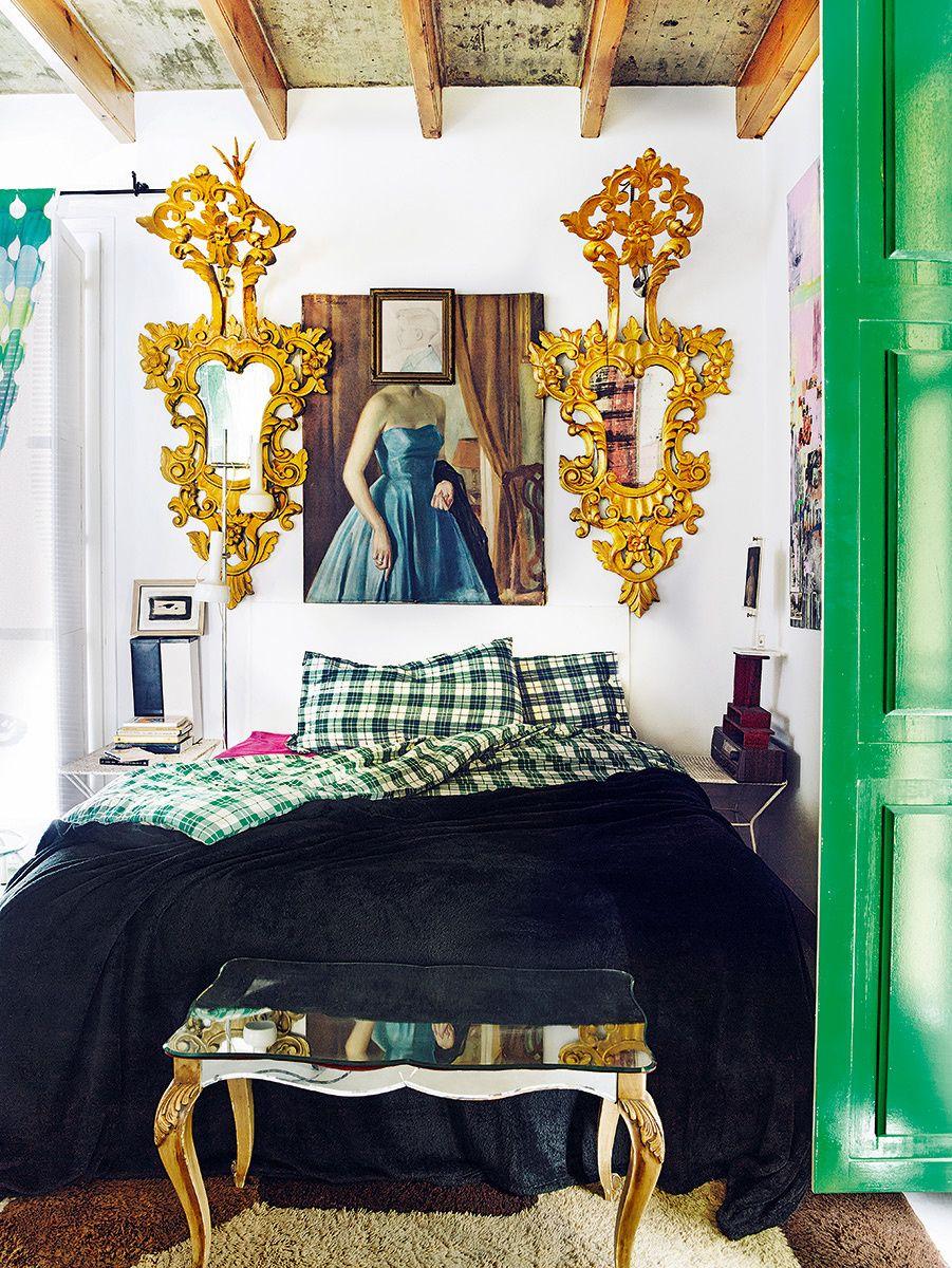 En el dormitorio de Vicente Ganesha, sobre el óleo 'Señorita de largo', retrato a la acuarela del dueño con seis años por Filo Lillo, su tía. Mesita de cristal años 40 y espejos cornucopia del XVII. AD España, © Pablo Zamora