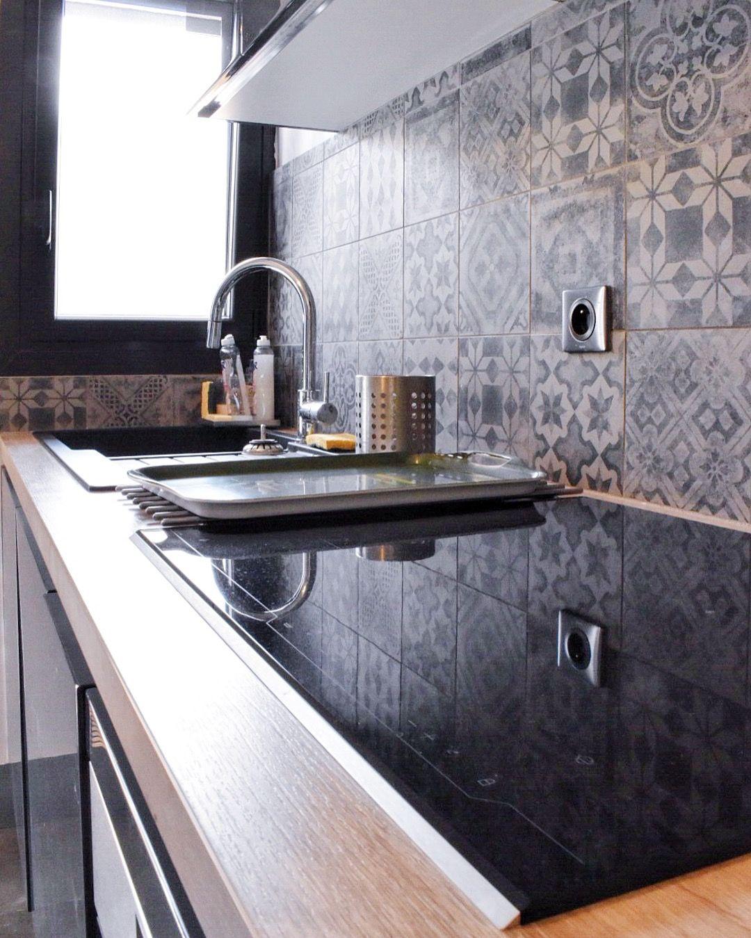 projet cuisine avec fa ades laqu es gris brillant plan de travail stratifi effet bois et. Black Bedroom Furniture Sets. Home Design Ideas