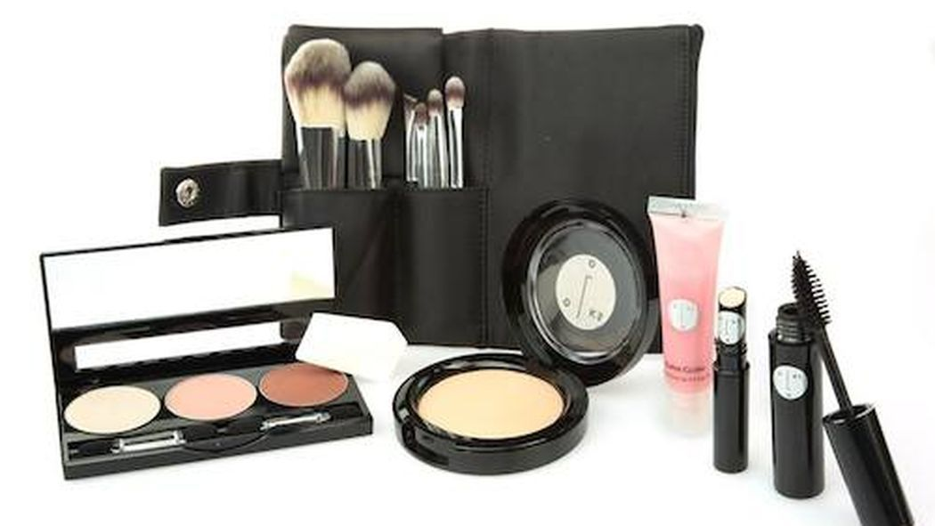 Beauty School Where To Take Makeup Classes In Chicago Makeup Class Beauty School How To Do Eyeliner