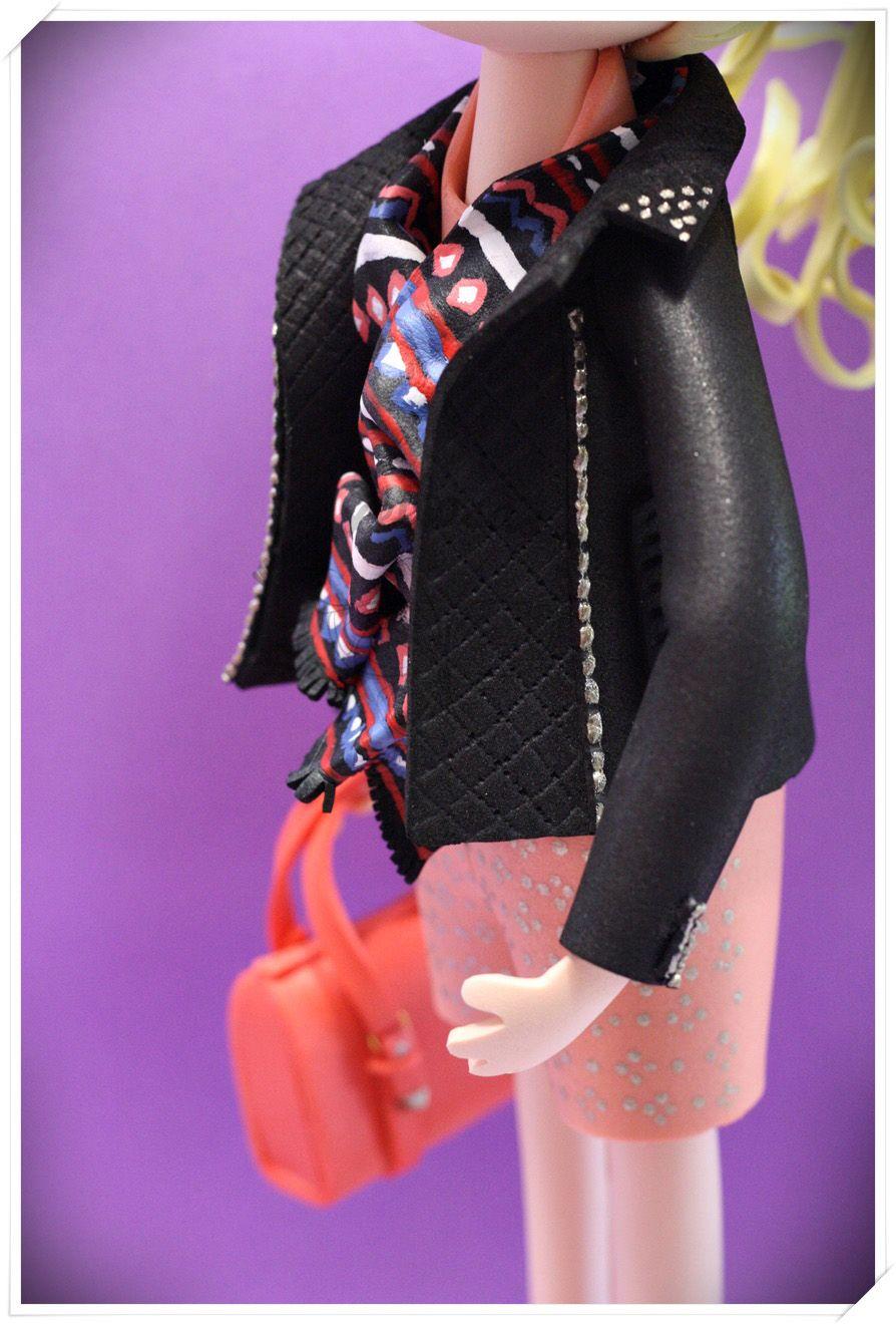 Fofucha personalizada con cazadora, shorts, bolso, sandalias y foulard pintado a mano.  www.xeitosas.com