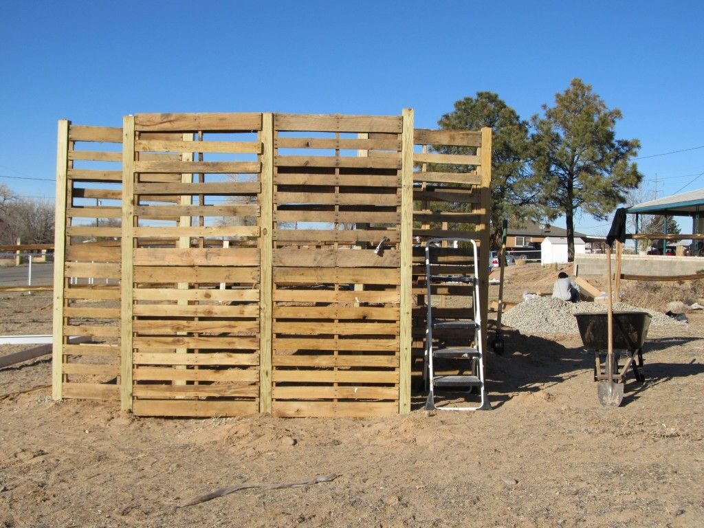 Pallet windbreak fence ideas pinterest pallets and for Garden windbreak designs