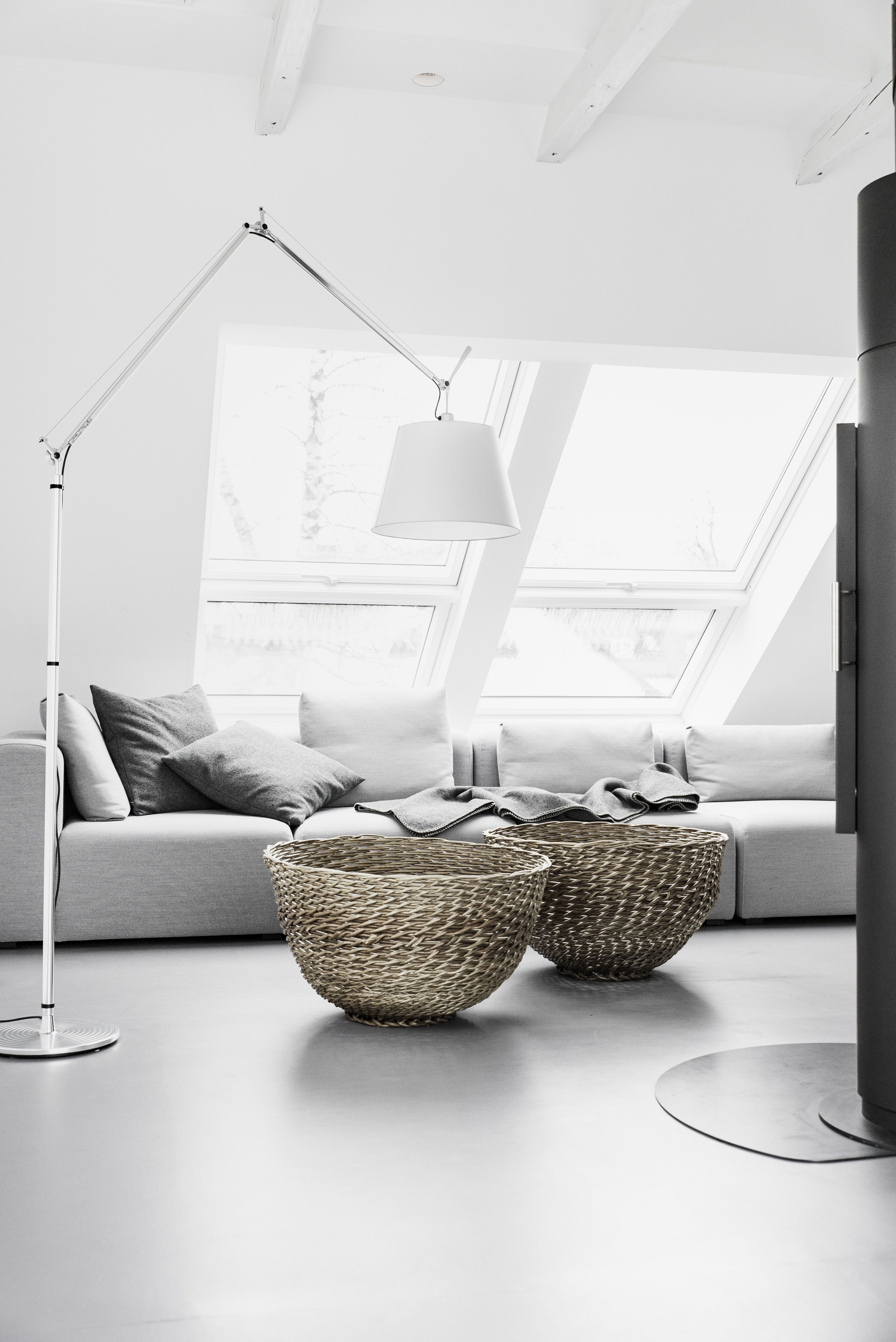 Deko mit Körben  Dachschräge einrichten, Wohnzimmer modern