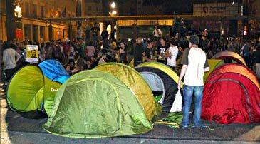 """La manifestación convocada por el 15M finalizó con una concentración en la plaza del Pilar. Una vez dada por terminada, un grupo de """"indignados"""" instalaron doce tiendas de campaña. La Policía Nacional desalojó esta acampada, en la que sólo quedaban unas 40 personas, en torno a las 4.00 horas, de forma pacífica y sin incidentes."""
