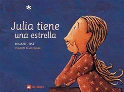 Julia tiene una estrella - Eduard José. Julia tiene una estrella. La estrella de Julia es de verdad, de las que hay en el cielo y se ven de noche. Y es muy especial: su madre se marchó allí a trabajar.  A partir de 7 años. 40 páginas. 10,00€