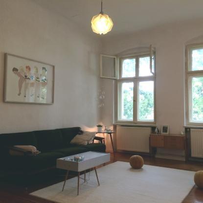 Schönes gemütlich eingerichtetes Wohnzimmer mit Couch, kleinem Tisch ...