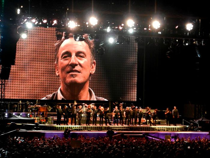 Bruce Springsteen Calls 10 Year Old Girl Up On Stage To Sing