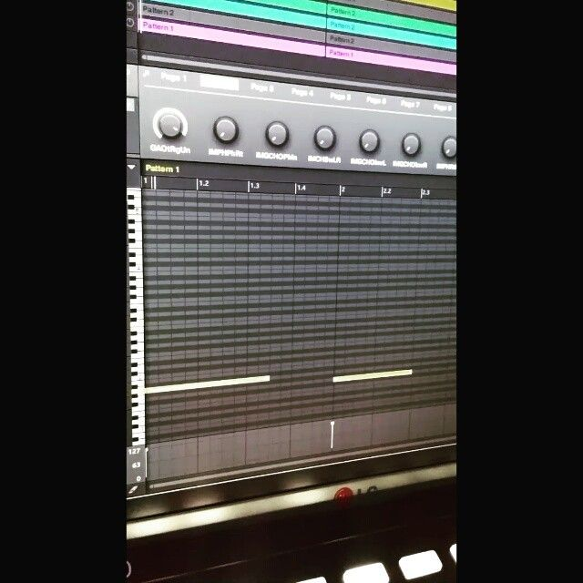 2nd #project is a sexy one.. #maschine #maschinestudio #beats #rnb #bass #rnbass #synth #808 #arp #bells #lg #gopro #latenightsessions #teamnosleep #teamsolo #producer #productions #dj #deejay #foreign #focusrite #pokuman by deejaymanie