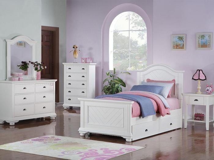 eine rosa und eine grüne Wand elegante Schränke in weißer Farbe