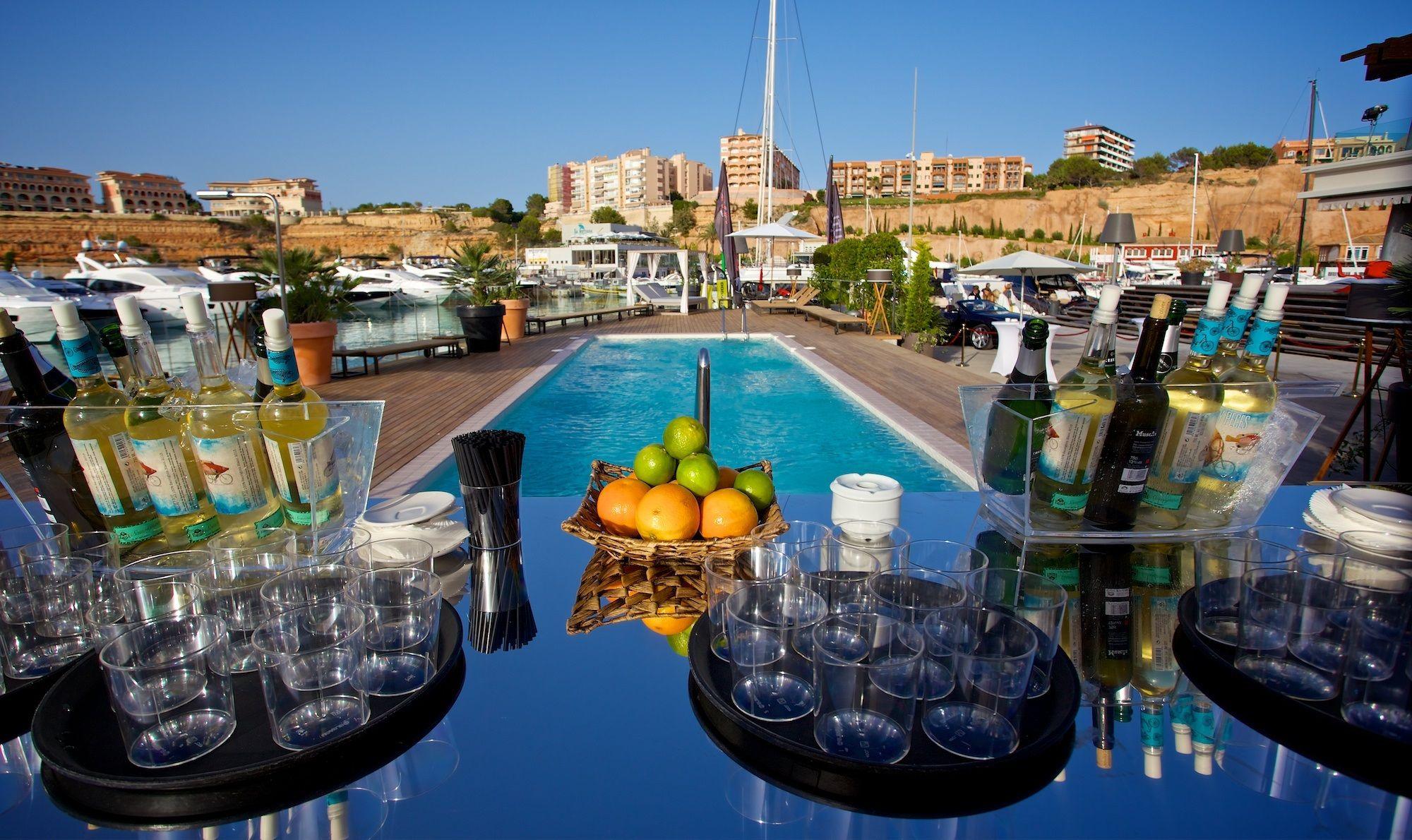 Vive un verano perfecto en Port Adriano al lado de nuestra piscina, mientras tomas un refrescante cóctel . ¿Qué más se puede pedir?
