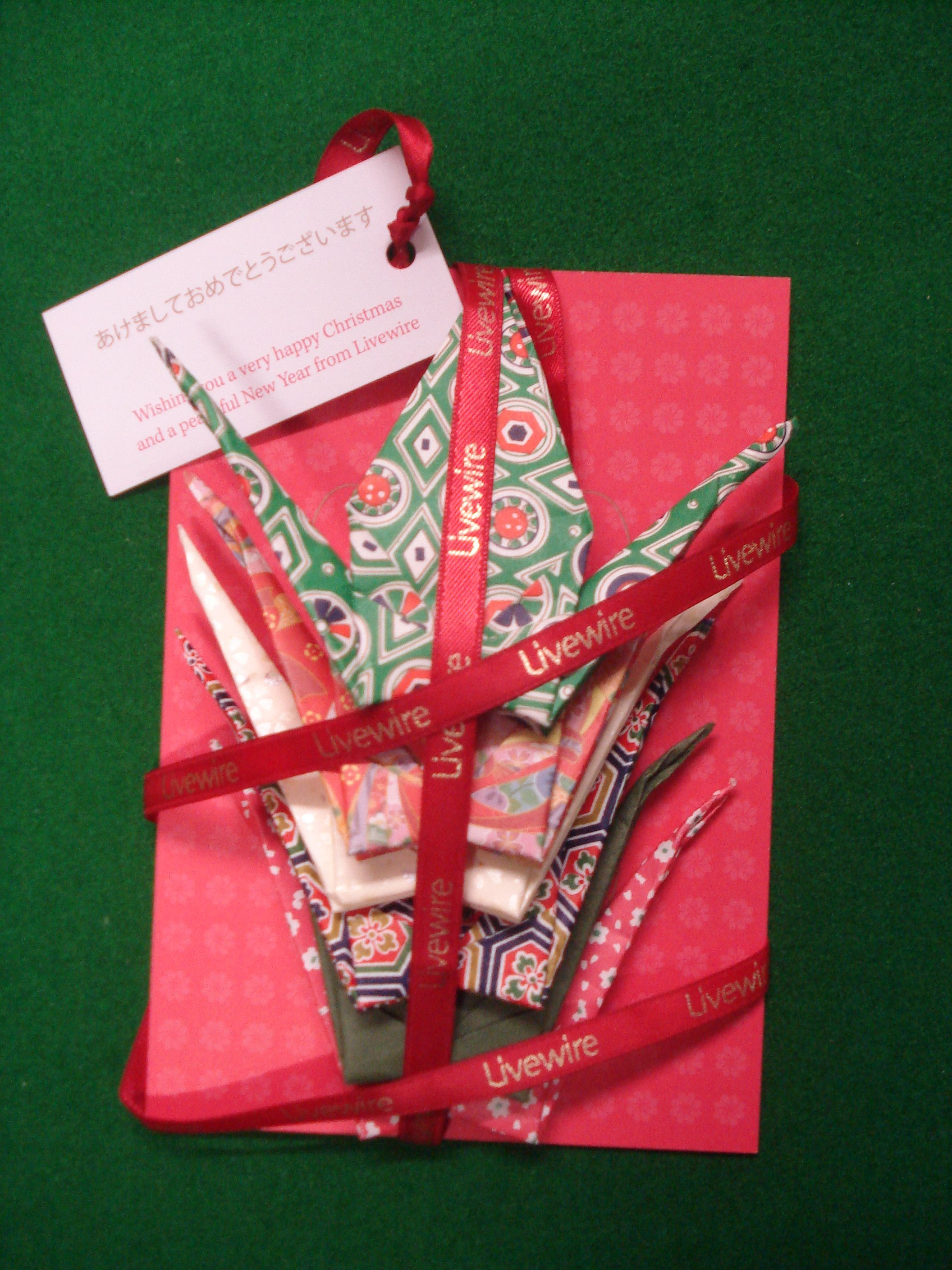 The pack comprises a Christmas card, a tag and 6 origami cranes ...