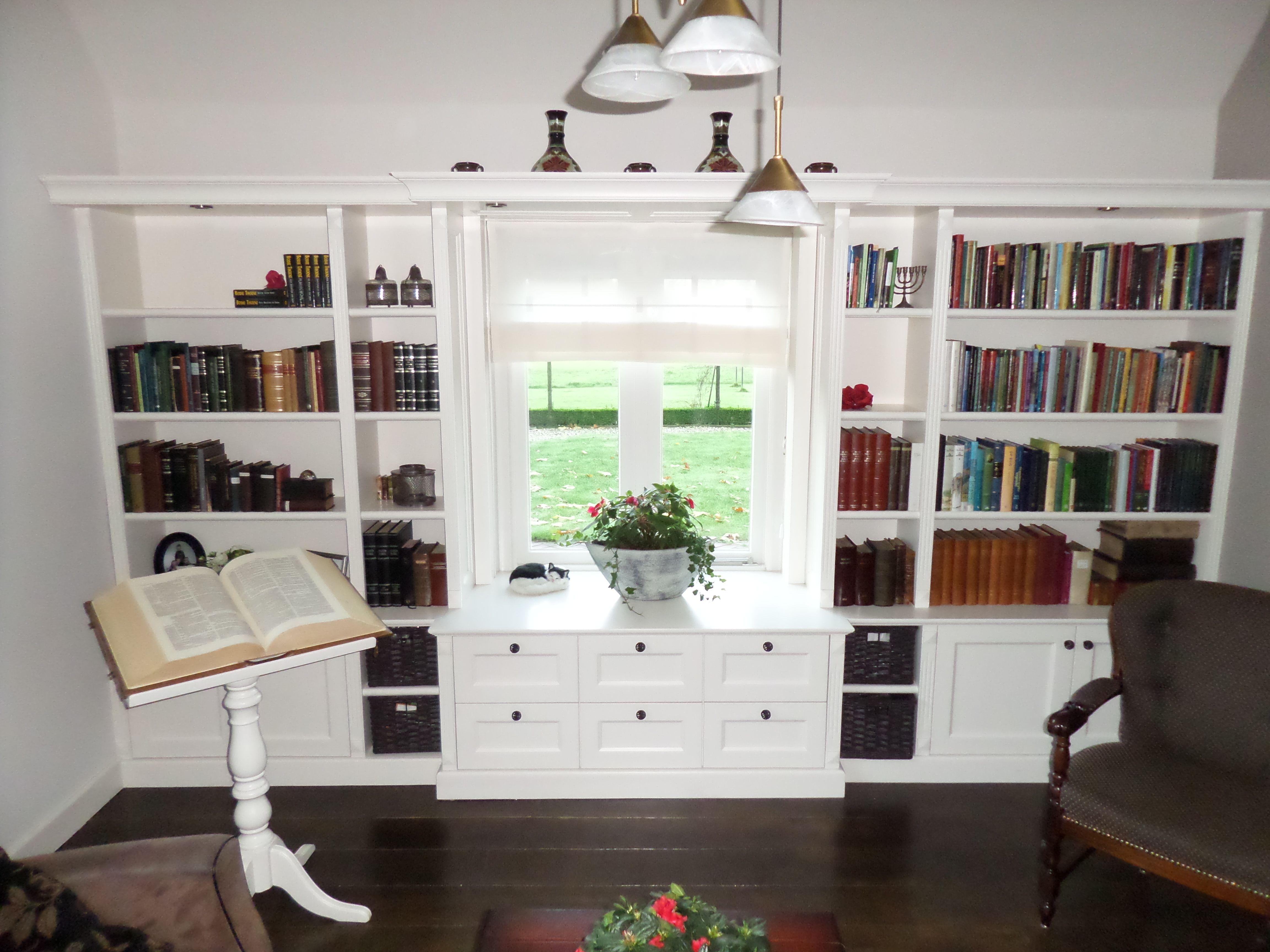 kamer en suite kast boekenkast inbouwkast inbouw landelijk klassiek manden raam raamkozijn kast