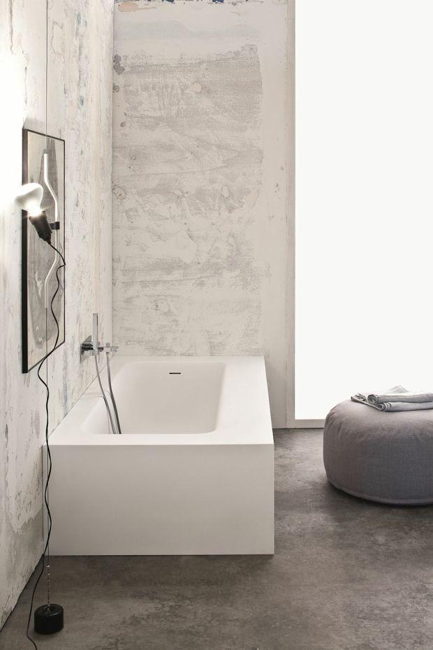 Textures se contrastent dans cette salle de bain minimaliste