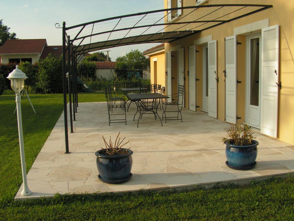 Terrasse avec pergola, dallage format opus incertum composé de - Dalle Pour Parking Exterieur