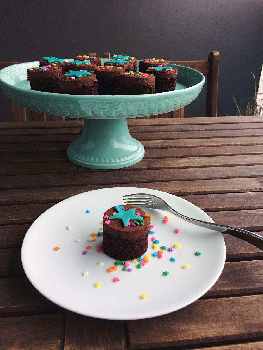 Mini chocolate cake Chocolate cakies! Fun decorating ideas ...