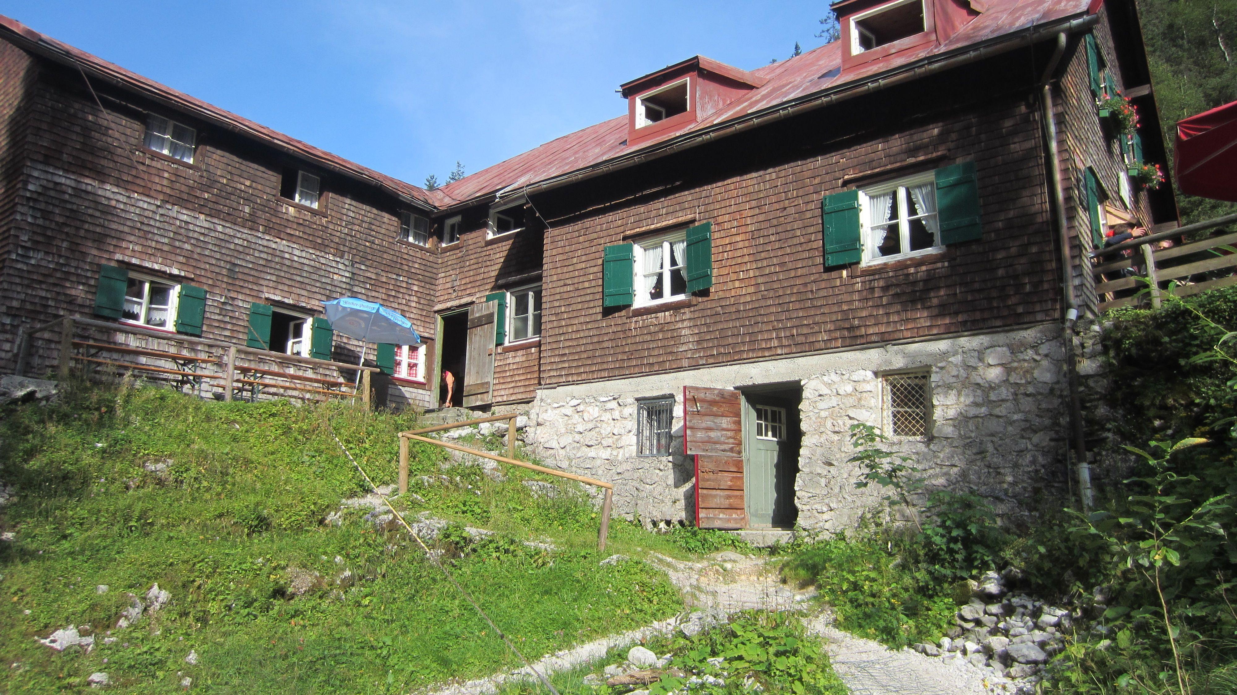 Die alte Höllentalangerhütte. Von hier aus kann man den Aufstieg auf die Zugspitze wagen.