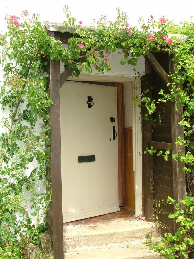 Front door of an old english cottage - Farmhouse Stickwick Manor Cottages English Cottage Styleenglish Cottagesfarmhouse Front Doorscottage