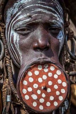 Weird And Wonderful Tribal Body Art Traditions From Around The World Mursi Tribe Africa People Weird And Wonderful