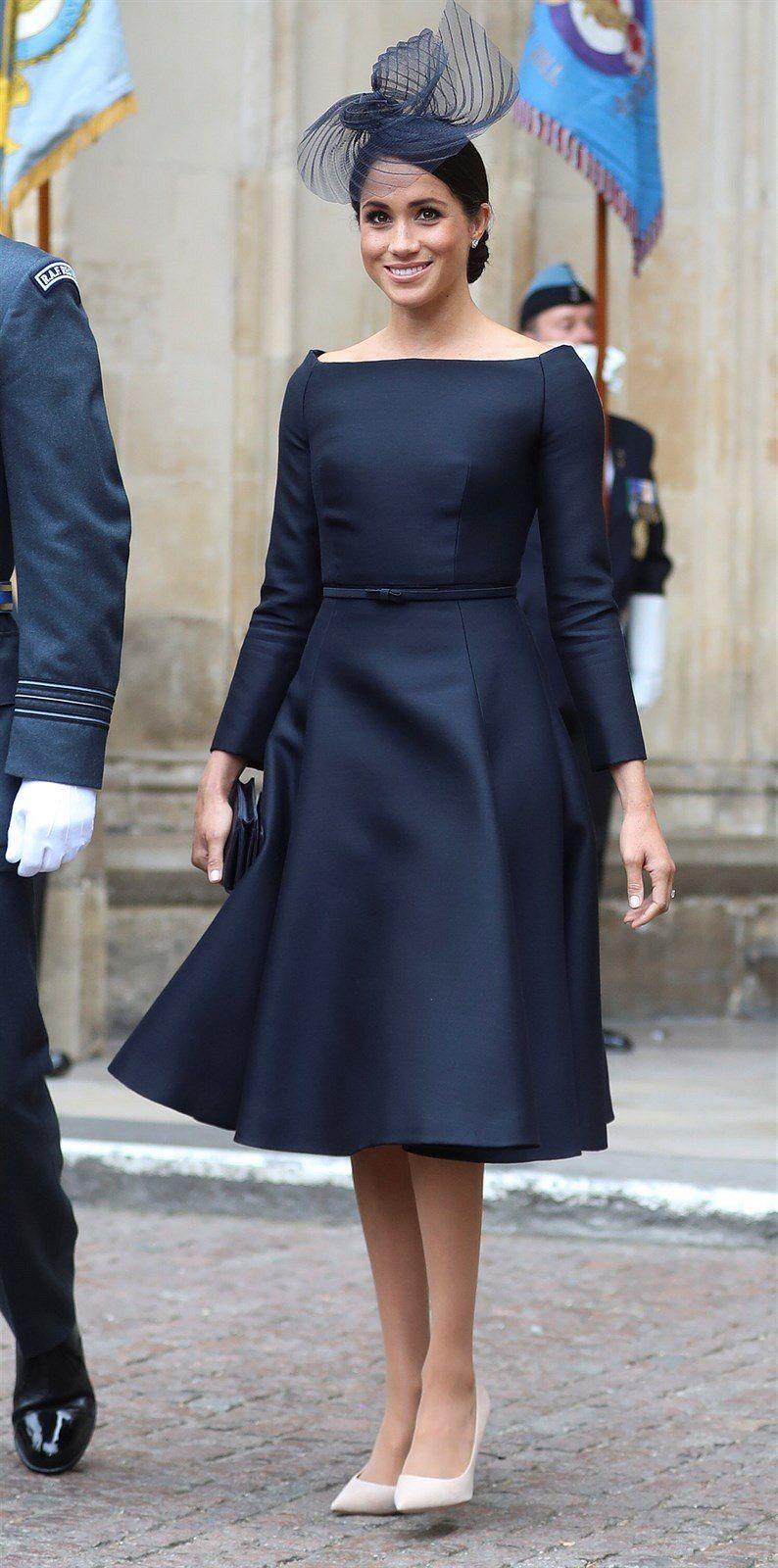 d8e41e90e Vévodkyně ze Sussexu Meghan oblékla temně modré šaty značky Dior ...