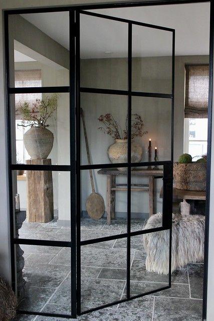 Zwart stalen deuren landelijk interieur