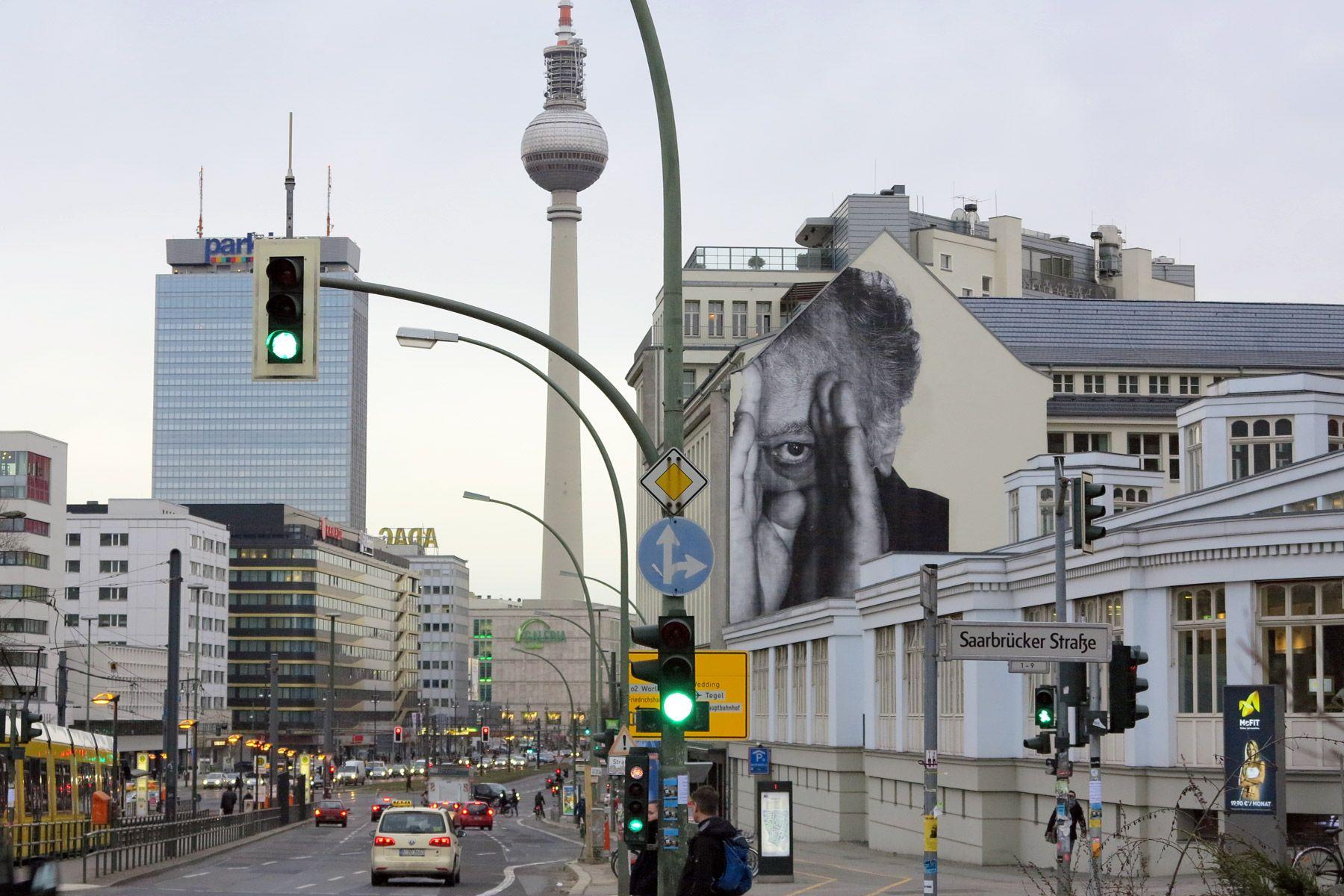 Berliinistä on tullut Euroopan olohuone. Hintataso on edullinen ja paikallinen elämäntapa on helppo omaksua: istuskelua kahviloissa ja baareissa, hyvää ruokaa ja kirpputoreilla tai puistoissa lorvimista.Mielenkiintoisen historian lisäksi Berliinissä on yltäkylläinen kulttuurielämä, kuuluisista klubeista tasokkaisiin museoihin.