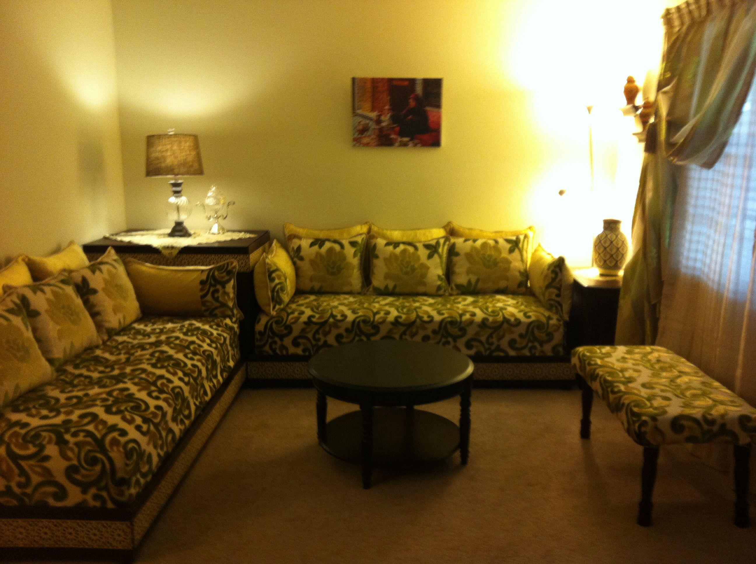 Lovely moroccan salon salon marocain vert jaune dore maron salons marocains moroccan for Salon traditionnel marocain vert