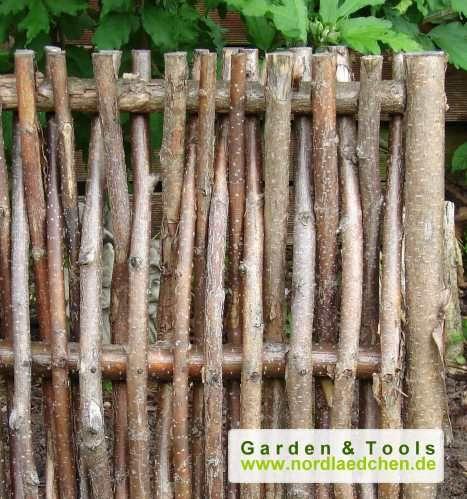 Sichtschutz aus Haselnuß oder Weidenzäune im Garten