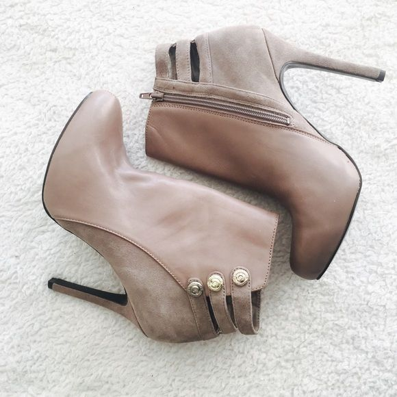 Guess Ankle Booties Barely worn Guess ankle booties! So cute and edgy! Features leather upper and manmade soles with Guess hardware accents. Soles show minimal wear. Heel height is about 5+ inches. ✨Reasonable offers welcome✨ Guess Shoes Ankle Boots & Booties