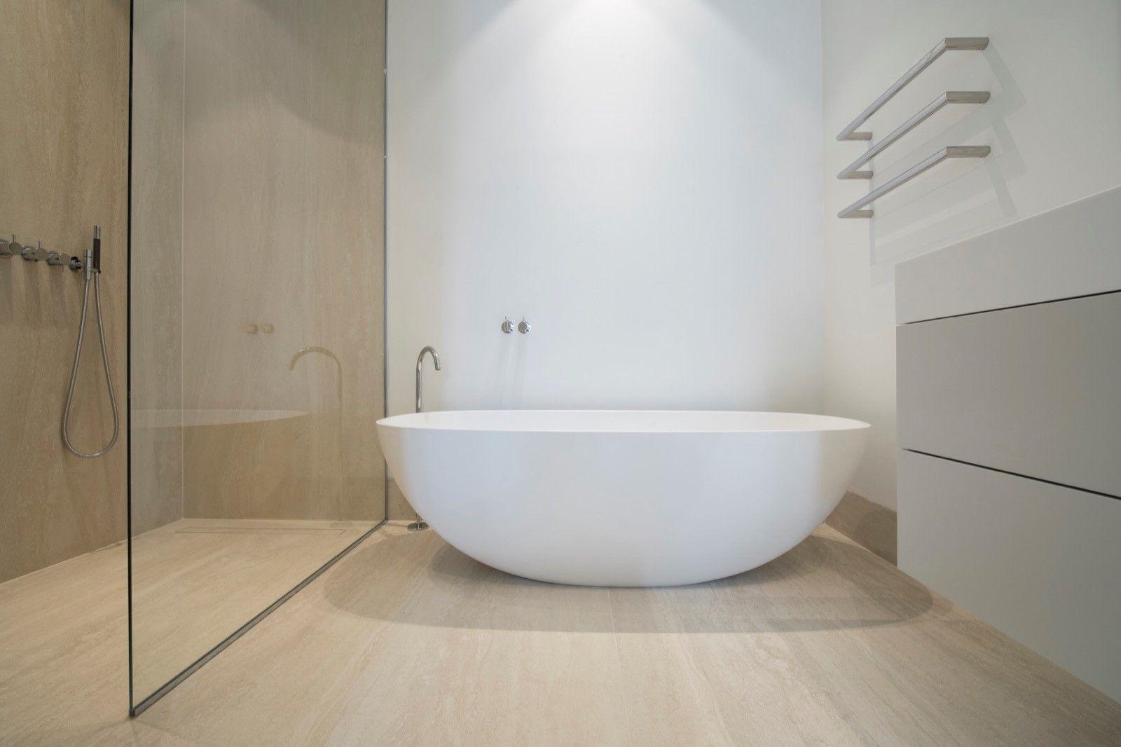 Design Badkamer Matten : Exclusieve badkamer vrijstaand mat wit bad minimalistische