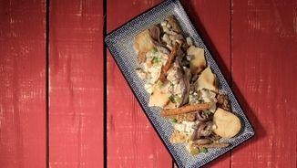 4 o 5 patates kennebec o agres sofregit brou de carn un got de vi negre una presa de xocolata romaní pebre vermell fumat picant pebre blanc un gra d'all oli d'oliva verge extra sal julivert