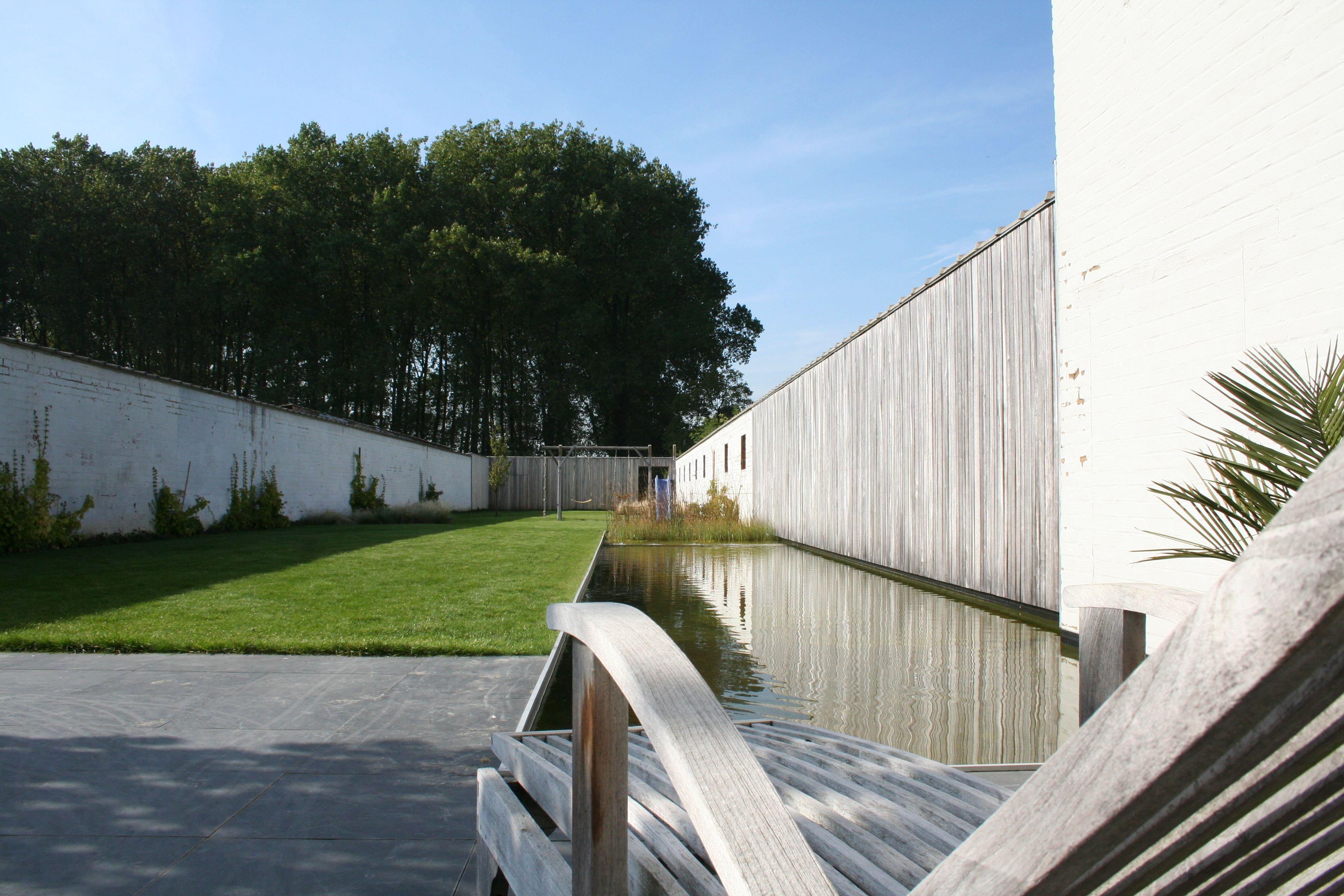 Strakke vijver ommuurde tuin vijver waterpartij for Tuin en vijver