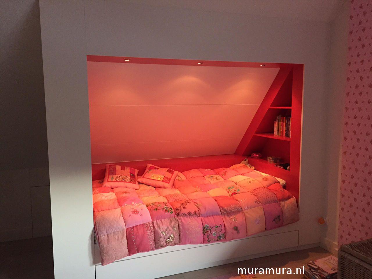 romantische bedstee onder schuin dak van muramuranl