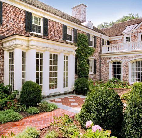 Vom Grundsatz her sehr schön. Etwas weniger opulent. Brick house windows shutters