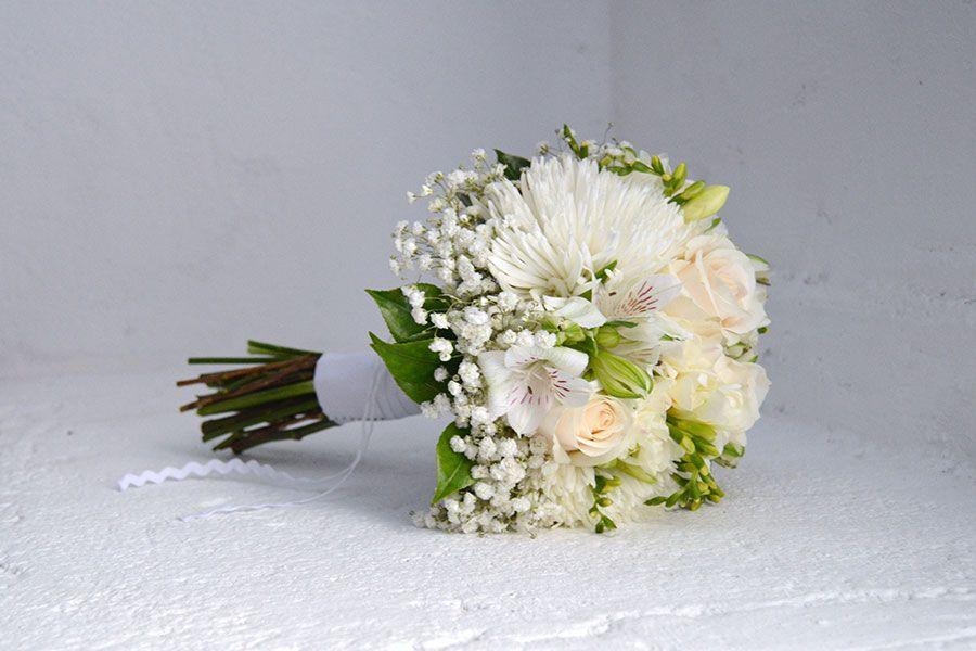 Bouquet romántico de rosa, alstroemeria, fresia, crisantemo anastasia y gypsophila // Romantic bridal bouquet by Blumenaria