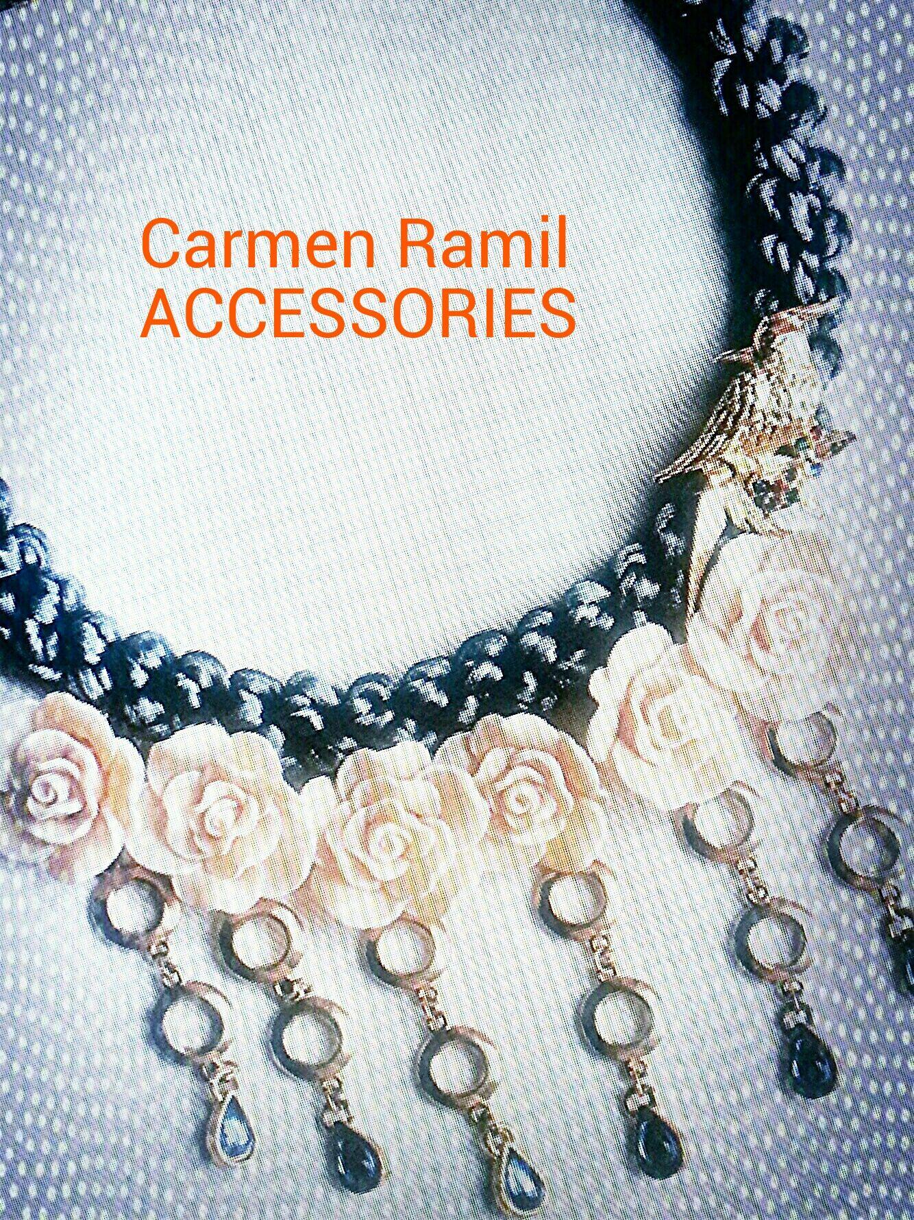 Collar de Carmen Ramil con flores y pájaro
