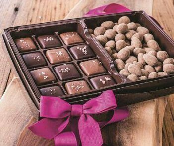 A perfect Valentine's gift... Sea salted caramel with cinnamon dusted milk chocolate almonds.. A girls dream!! Order now in time for Valentine's Day Angelmom137@aol.com